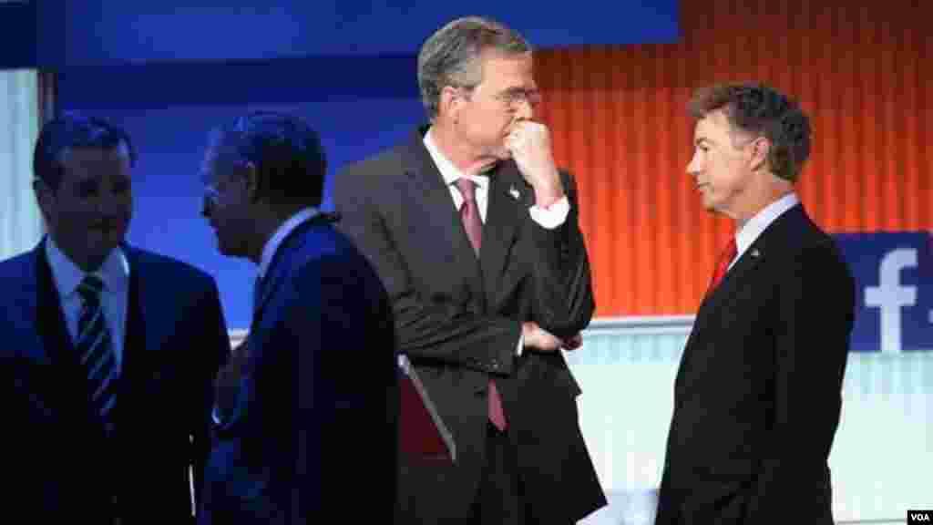 دقایقی قبل از شروع مناظره، چهار نامزد دیده می شوند. از راست: رند پال، جب بوش،جان کیسکو تد کروز