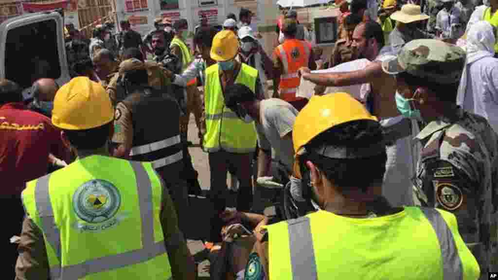 Les secouristes réagissent après la bousculade qui a tué et blessé des pèlerins dans la ville sainte de Mina, jeudi 24 septembre 2015. (Direction de l'agence de la défense civile saoudienne via AP)..