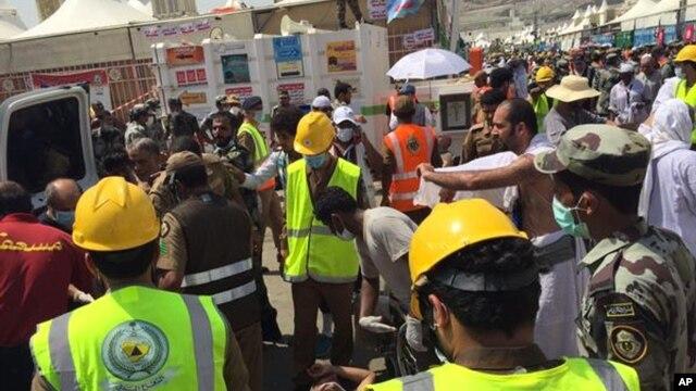 Para petugas Direktorat Badan Pertahanan Sipil Saudi menyelamatkan para korban yang terinjak-injak dalam insiden jumrah di dalam ibadah haji di MIna (24/9).