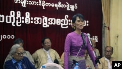 Burmese democracy leader Aung San Suu Kyi talks to members of the National League for Democracy at their headquarters in Rangoon, November 18, 2011.