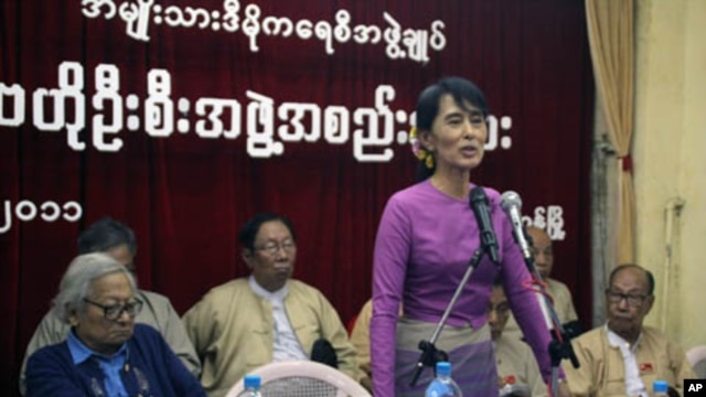 Myanmar democracy leader Aung San Suu Kyi talks to members of the National League for Democracy in their head office in Rangoon November 18, 2011.
