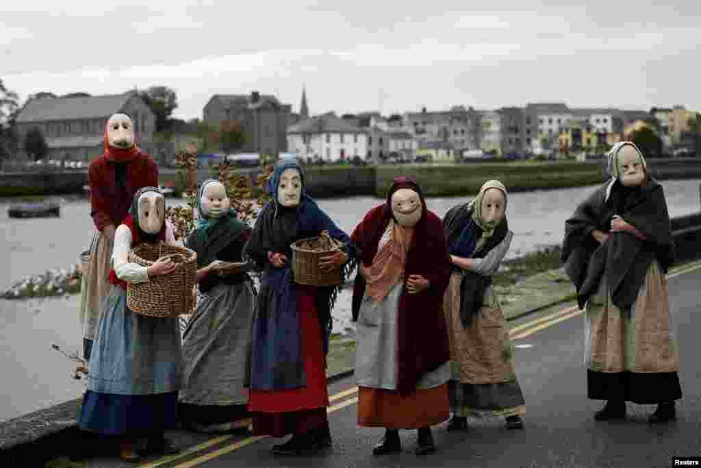 អ្នកសម្តែង Bru Theatre ចូលរួមក្នុងការសម្តែងតាមផ្លូវមួយដែលគេហៅថា The Fisherwives ដែលតំណាងឲ្យផ្នែកមួយនៃសហគមន៍នេសាទកាលពី១០០ឆ្នាំមុន នៅក្នុងក្រុង Galway ប្រទេសអៀវឡង់។
