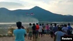 Helikopter tim SAR mencari korban di Sungai Godavari setelah sebuah kapal wisata terbalik, dekat desa Devipatnam di negara bagian Andhra Pradesh, India selatan, 16 September 2019. (Foto: ANI/via Reuters TV)