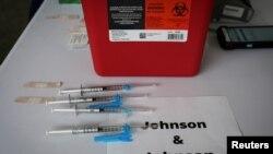 Vaksin COVID-19 Johnson & Johnson di sebuah lokasi vaksinasi massal yang didukung oleh pemerintah di Kampus Utara Miami Dade College, Miami, Florida, 10 Maret 2021. (REUTERS/Marco Bello/File)