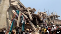 Nhân viên cứu hộ và người dân tìm kiếm người sống sót sau vụ sập tòa nhà 8 tầng ở Savar, gần Dhaka, Bangladesh, ngày 24/4/2013.
