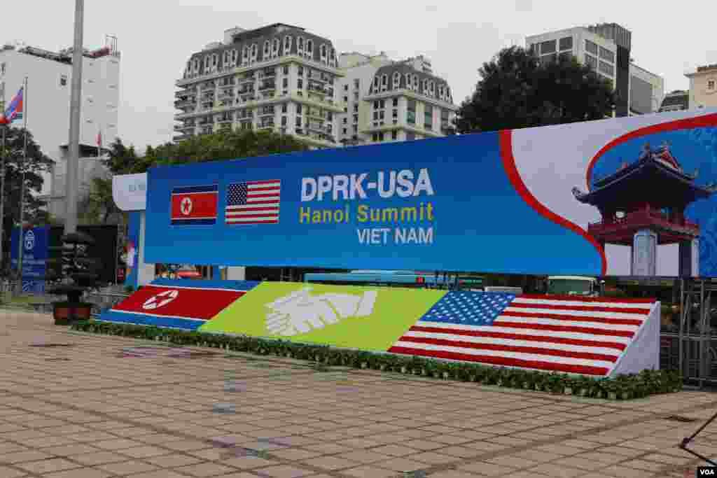 هانوی در آستانه دیدار پرزیدنت ترامپ و رهبر کره شمالی - سر در ورودی محل حضور خبرنگاران برای پوشش دیدار رهبران آمریکا و کره شمالی که با پرچم دو کشور مزین شده است.