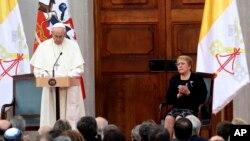 Giáo Hoàng Phan-xi-cô đọc diễn văn tại Dinh TT ở Santiago, Chile hôm trong khi TT Chile Michelle Bachelet vỗ tay tán thưởng. Ảnh chụp ngày 16/1/2018. (AP Photo/Alessandra Tarantino)