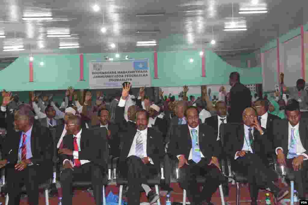 당선전 소말리아 대통령 후보로 앉아있는 하산 셰이크 모하무드(사진중앙)