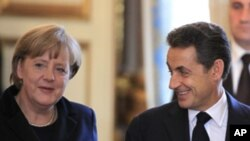 기자회견장으로 향하는 사르코지 대통령(우)과 메르켈 총리