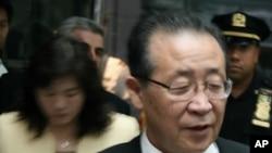 북미 고위급대화 참석을 위해뉴욕 맨해튼 밀레니엄유엔플라자 호텔을 나서고 있는 김계관(우) 외무성 제1부상과 북한 대표단 일행(자료사진)