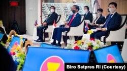 Presiden Jokowi beserta pemimpin dan perwakilan dari negara-negara ASEAN membahas situasi Myanmar di Gedung Sekretariat ASEAN di Jakarta, Sabtu (24/3). (Foto: Courtesy/(Biro Pers)