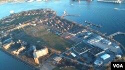 Sekolah Urban Assembly New York Harbor terletak di Governors Island, sekitar 1 kilometer dari Manhattan, New York. Untuk mencapai sekolah ini para siswa harus pergi dengan menumpang kapal.