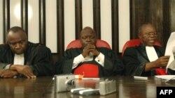 Le juge de la Cour suprême de justice Yvon Kalonda (à droite) à Kinshasa, le 27 novembre 2006.