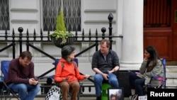 ریچارد رتکلیف، همسر نازنین زاغری، روز یکشنبه ۲۶ خرداد همزمان با جشن تولد دخترش مقابل سفارت ایران در لندن دست به اعتصاب غذا زده است