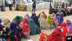 صومالیہ میں امداد کی منتظر خواتین