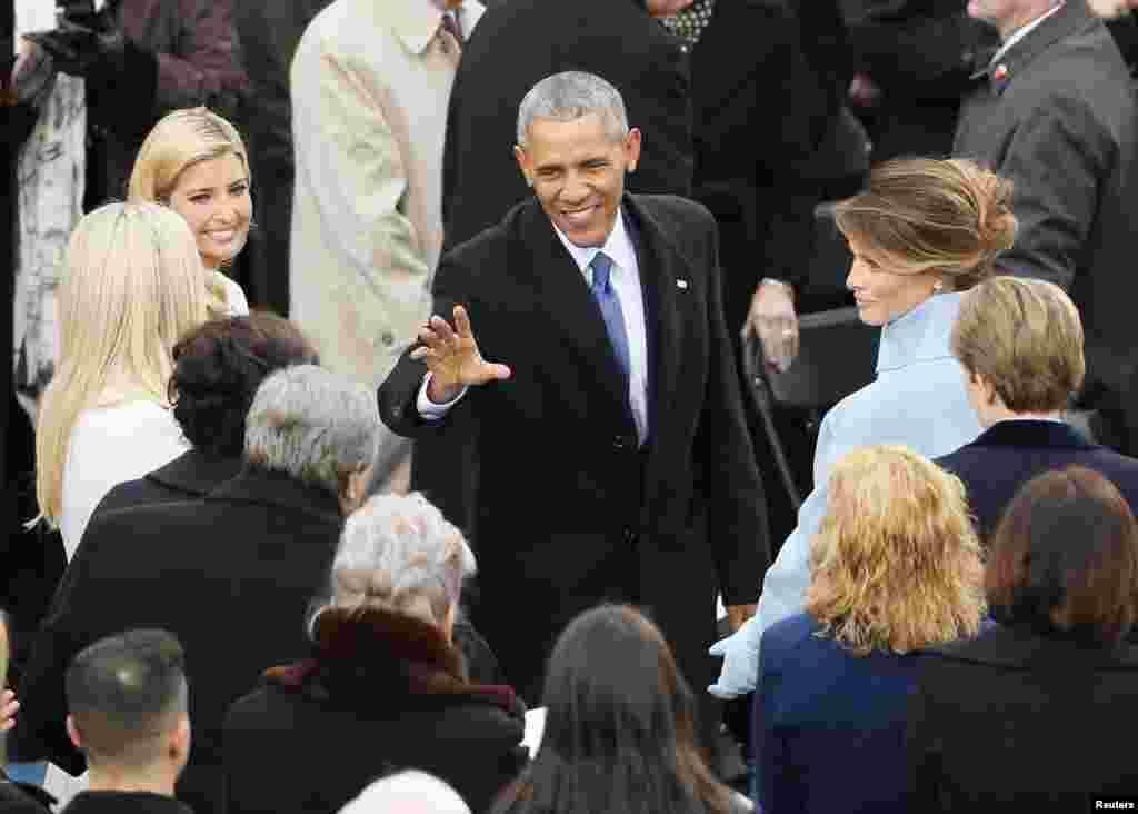 Le président sortant Obama salue la famille Trump lors de l'investiture de Donald Trump en tant que 45e président des États-Unis, au Capitole, Washington, 20 janvier 2017.