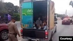ႀသဂုတ္လ (၁၂) ရက္ေန့က အယုဒယျမိဳ့မွာျမန္မာႏို္င္ငံသားေတြကို ခိုးျပီးတင္လာတာကို ဖမ္းဆီးစစ္ေဆးေနပံု (ဓာတ္ပံု - Police)