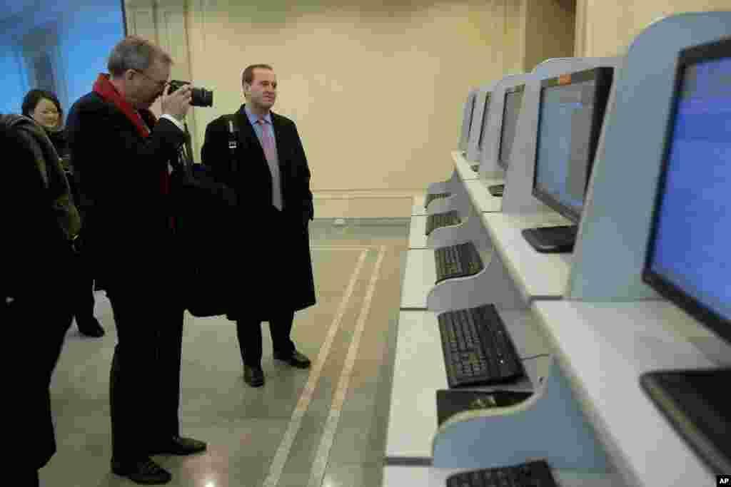 Ketua Dewan Direksi Google, Eric Schmidt, mengambil foto saat berkeliling lab komputer di Kim Il Sung University di Pyongyang, Korea Utara (8/1). (AP/David Guttenfelder)