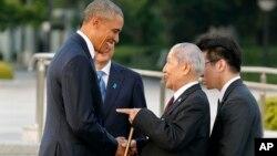 El presidente estadounidense, Barack Obama, conversa con Sunao Tsuboi, uno de los sobrevivientes de la bomba atómica en Hiroshima.