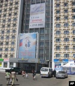 带有苏联时代风格,位于乌兰乌德市中心的布里亚特大酒店