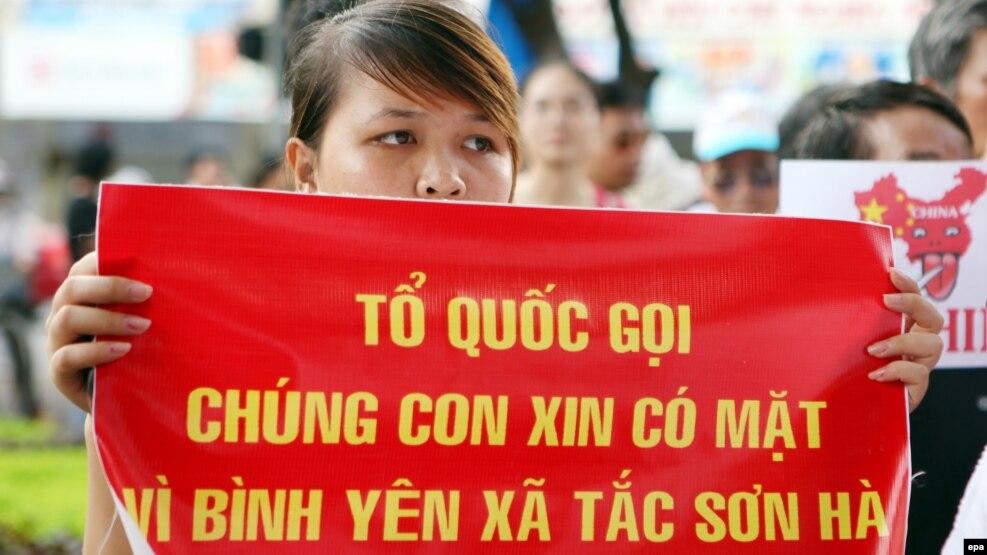 Người biểu tình cầm biểu ngữ trong một cuộc biểu tình chống Trung Quốc ở Hà Nội. (Ảnh tư liệu)