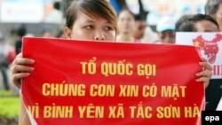 Một người biểu tình giương biểu ngữ trong một cuộc biểu tình chống Trung Quốc ở Hà Nội, 14/8/2011.