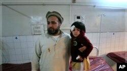 کودکی که در جریان انفجار بم در مکتب مجروح شده است