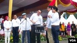 Gubernur DKI Basuki Tjahaja Purnama menabuh drum menandai berlangsungnya seluruh agenda Jakarnaval HUT DKI ke 488, hari Minggu 7/6 (foto: VOA/Nahaba).