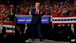도널드 트럼프 대통령이 18일 플로리다주 올랜도에서 열린 재선운동 출정식에서 지지자들의 환호에 답하고 있다.