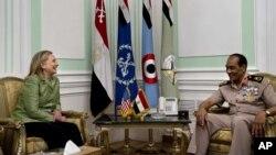Ngoại trưởng Clinton và Thống Tướng Tantawi tại Bộ Quốc phòng ở Cairo, Ai Cập, 15/7/2012
