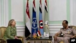 美国国务卿克林顿7月15日在开罗会晤埃及军方领导人坦塔维