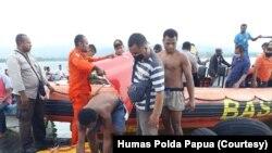 Tim SAR gabungan menemukan puing pesawat dan jenazah pilot di Danau Sentani, Jayapura, setelah hilang kontak, Selasa, 12 Mei 2020.