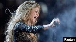 """La cantante Shakira regresa al escenario de la copa mundial con el tema """"La La La""""."""