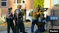 Cảnh sát tiến hành truy lùng thủ phạm sau vụ nổ súng vào một buổi tiệc tại San Bernardino, California, ngày 02 tháng 12 năm 2015.