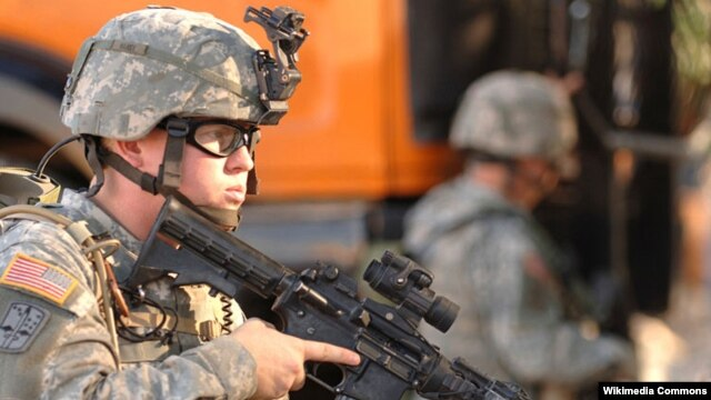 Binh sĩ Thủy quân Lục chiến Mỹ với súng M4