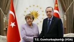 دیدار آنگلا مرکل صدر اعظم آلمان (چپ) با رجب طیب اردوغان رئیس جمهوری ترکیه در آنکارا - ۱۴ بهمن ۱۳۹۵