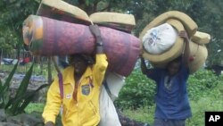 Des civils fuyant les violences au Nord-Kivu (avril 2012)