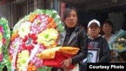 夏俊峰遺孀、兒子準備離家為夏俊峰出殯(網絡圖片)