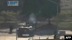 Hình ảnh từ 1 đoạn video nghiệp dư không rõ ngày tháng và địa điểm của 1 nhóm chống Tổng thống Assad