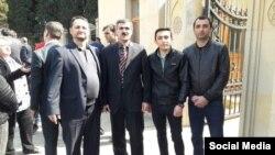 Oqtay Gülalıyev Baş Prokurorluğun binası qarşısında
