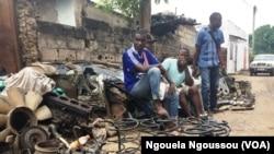 Des jeunes vendeurs des pièces détachées, à Brazzaville, au Congo, le 24 mai 2017. (VOA/Ngouela Ngoussou)