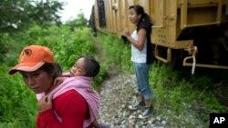 Congresistas de EE.UU. visitan Honduras epara hablar con las autoridades de ese país la crisis de niños inmigrantes.