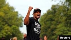 """Marques Armstrong chante pour soutenir Philando Castile, tué par un policier à Minneapolis lors d'une manifestation """"Black Lives Matter"""" à St. Paul, Minnesota, le 7 juillet 2016."""