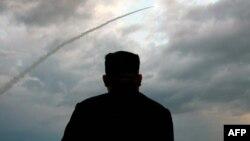 Lider Severne Koreje Kim Džong Un nadgleda lansiranje rakete 2019.