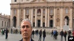 تصویری از مهمت علی آغج، عامل سوء قصد نافرجام به پاپ ژان پل دوم، هنگام بازدید از مزار وی در واتیکان - ششم دیماه