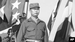 韩国第一步兵师师长白善烨1953年10月29日在韩国阅兵。