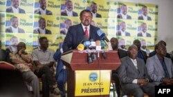 Gabonese opposition leader Jean Ping (C) addresses the media in Libreville, Aug. 29, 2016.
