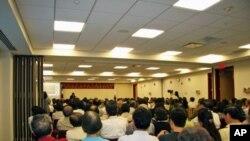 赖幸媛对侨界人士演讲