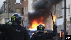 폭동을 진압하는 런던 경찰