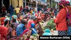 Suasana pasar Wamena, ramai sekitar pukul sembilan pagi hingga jam 3 siang pada Agustus 2019. (Foto:Alam Burhanan/VOA)